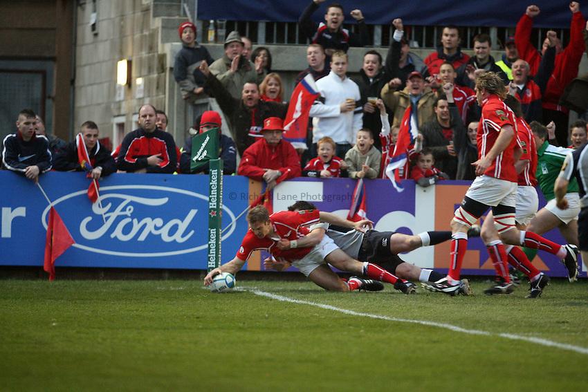 Photo: Rich Eaton...Llanelli Scarlets v Munster Rugby. Heineken Cup. 30/03/2007. Dafydd James scores a try for Scarlets.