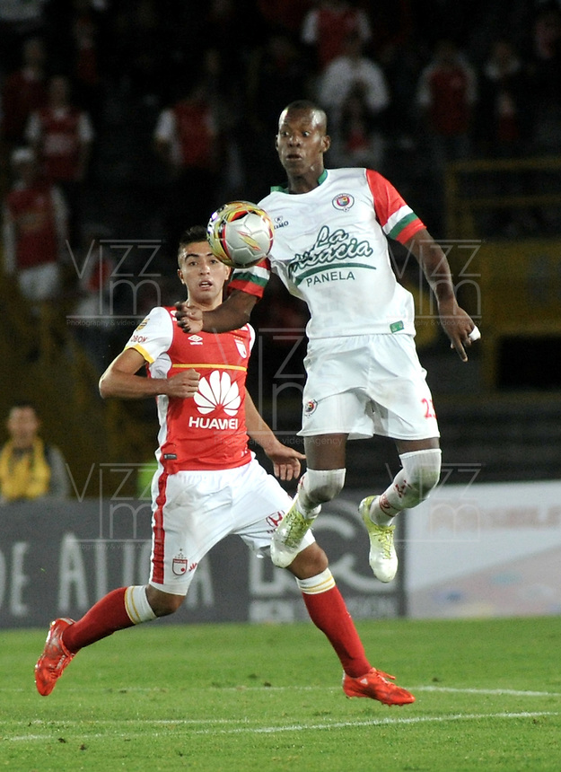 BOGOTA - COLOMBIA - 01-03-2015: Sergio Otalvaro (Izq.) jugador de Independiente Santa Fe disputa el balón con Cristian Borja (Der.) jugador de Cortulua, durante partido por la fecha  7 entre Independiente Santa Fe y Cortulua de la Liga Aguila I-2015, en el estadio Nemesio Camacho El Campin de la ciudad de Bogota. / Sergio Otalvaro (L) player of Independiente Santa Fe struggles for the ball with Cristian Borja R) player of Cortulua,  during a match of the 7 date between Independiente Santa Fe and Cortulua for the Liga Aguila I -2015 at the Nemesio Camacho El Campin Stadium in Bogota city, Photo: VizzorImage / Luis Ramirez / Staff.