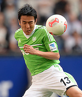 FUSSBALL   1. BUNDESLIGA   SAISON 2012/2013    32. SPIELTAG Hamburger SV - VfL Wolfsburg          05.05.2013 Makoto Hasebe (VfL Wolfsburg)  am Ball