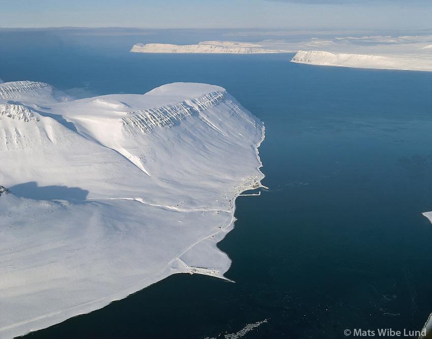 Súðavík, Álftafjörður, séð til norðurs Snæfjallaströnd og Grænuhlíð. Mynd tekin fyrir snjófloðið. Súðavíkurhreppur. /.Sudavik in Alftafjordur. Viewing north to Snaefjallastrond  and Graenuhlid. Aerial. Sudavikurhreppur.