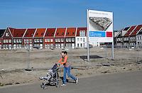 Vrouw met kinderwagen in Almere
