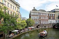 Nederland Utrecht 2015 08 08 .  Terrassen aan de Oudegracht in Utrecht. Links de Winkel van Sinkel
