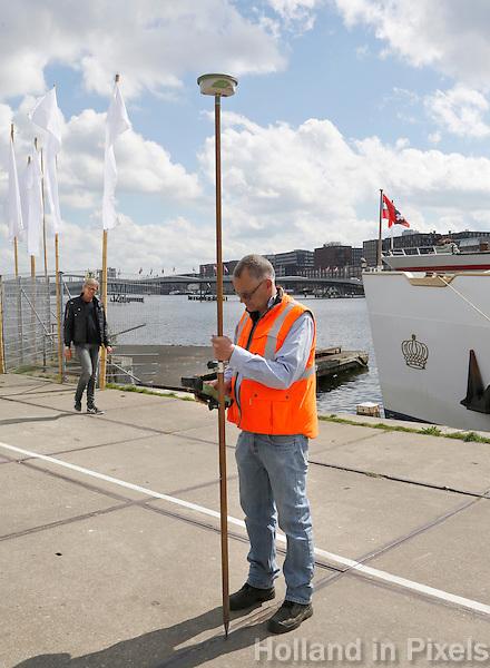 Nederland Amsterdam  2016 04 12. Landmeter aan het werk op het Java Eiland. Foto Berlinda van Dam / Hollandse Hoogte