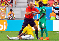BRASILIA - BRASIL -19-06-2014. Howard Webb habla con Sylvain Gbohouo (Der) Costa de Marfil mientras Juan Cuadrado de Colombia está sentado en el campo durante el partido del Grupo C entre Colombia (COL) y Costa de Marfil (CIV) hoy 19 de junio de 2014 en la Copa Mundial de la FIFA Brasil 2014 played at Mane Garricha stadium in Brasilia./ Howard Webb (L) referee speaks  with Sylvain Gbohouo (R) player of Ivory Coast while Juan Cuadrado of Colombia sits on the grass during the Group C match between Colombia (COL) and Ivory Coast (CIV) today June 19 2014 in the 2014 FIFA World Cup Brazil. Photo: VizzorImage / Alfredo Gutiérrez / Contribuidor