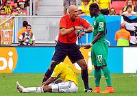 BRASILIA - BRASIL -19-06-2014. Howard Webb habla con Sylvain Gbohouo (Der) Costa de Marfil mientras Juan Cuadrado de Colombia está sentado en el campo durante el partido del Grupo C entre Colombia (COL) y Costa de Marfil (CIV) hoy 19 de junio de 2014 en la Copa Mundial de la FIFA Brasil 2014 played at Mane Garricha stadium in Brasilia./ Howard Webb (L) referee speaks  with Sylvain Gbohouo (R) player of Ivory Coast while Juan Cuadrado of Colombia sits on the grass during the Group C match between Colombia (COL) and Ivory Coast (CIV) today June 19 2014 in the 2014 FIFA World Cup Brazil. Photo: VizzorImage / Alfredo Gutiérrez / Contribuidor