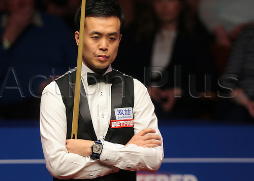 30.04.2016. The Crucible, Sheffield, England. World Snooker Championship. Semi Final, Mark Selby versus Marco Fu. Marco Fu plans his next shot