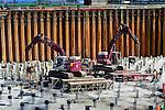 MUIDEN - In Muiden is Blijleven Sloopwerken op de bodem van de bouwput van Europa's breedste aquaduct begonnen met een arbo-vriendelijke methode van koppensnellen, met hydraulisch kraken met verneveling. De duizenden betonnen palen die bouwcombinatie SaaOne in opdracht van Rijkswaterstaat gebruikt als basis, moeten tot op het staal 'onthoofd' worden waarvoor een moderne kraker gebruikt wordt die hydraulisch in enkele seconden het beton van de uitstekende paal verpulvert. Om het vele vrijkomende stof te beperken heeft Blijleven onlangs de koppen voorzien van watersproeiers die tijdens het persen water spuiten. Hoewel moeilijk zichtbaar, scheelt dit veel overlast voor de omgeving en met name de bouwvakkers die het werk begeleiden. Het aquaduct onder de Vecht moet ruimte gaan bieden aan 12 rijstroken. Combinatie SAAone bestaat uit Hochtief, VolkerWessels, Boskalis en Dif. COPYRIGHT TON BORSBOOM