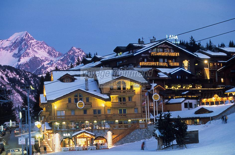 Europe/France/Rhone-Alpes/73/Savoie/Courchevel: Courchevel 1850 le coeur de la station et les pistes à la tombée de la nuit