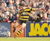 Leicester, ENGLAND, Jeremy Staunton attempts a late penalty kick, hitting the post and denigning Wasps the game with the score at 20 points to 19. Guinness Premiership Rugby,  Leicester Tigers vs London Wasps © Peter Spurrier/Intersport-images.com.