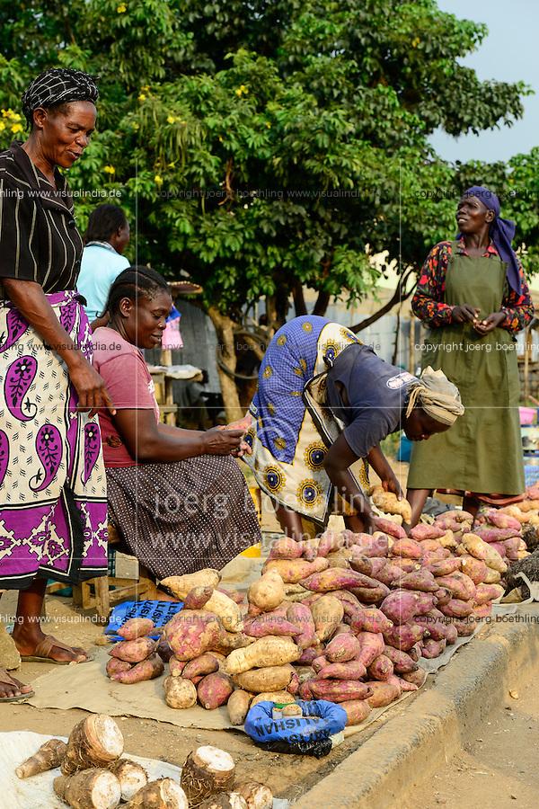 KENYA, County Kakamega, Bukura, women sell sweet potato at the road on market day / KENIA, Frauen verkaufen Suesskartoffeln auf dem Markt