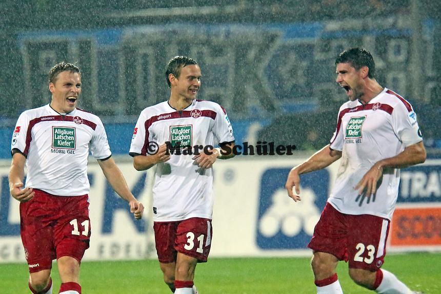 Chris Löwe (FCK) erzielt das 0:2 per Freistoss und jubelt mit Ruben Jenssen und Florian Dick - FSV Frankfurt vs. 1. FC Kaiserslautern, Frankfurter Volksbank Stadion