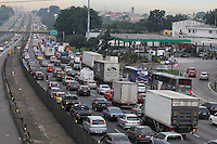 Movement of vehicles on the Presidente Dutra Highway, on the east of the state capital, late on Friday (21). Many people are leaving the city for the holiday season.PHOTO: Luiz Guarnieri/ Brazil Photo Press.