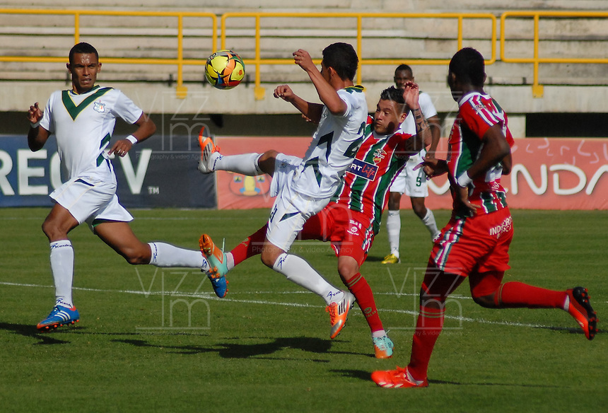 TUNJA -COLOMBIA, 01-09-2013. Harrison Otalvaro (C) de Patriotas FC disputa el balon con Cristian Gallegos (I) del Deportes Quindio durante partido válido por la fecha 8 de la Liga Postobón II 2013 realizado en el estadio La Independencia en Tunja./ Harrison Otalvaro (C) of Patriotas FC fights for the ball with Cristian Gallegos (R) of Deportes Quindio valid fot the 8th date of Postobon  League 2013-1 at La Libertad stadium in Tunja. Photo: VizzorImage/Jose Palencia/STR