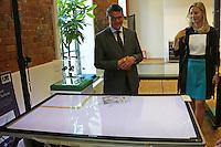 Wissenschaftsminister Boris Rhein wird von Dekanin Prof. Dr. Ruth Stock-Homburg (TU Darmstadt) der Smart-Table von Microsoft erklärt