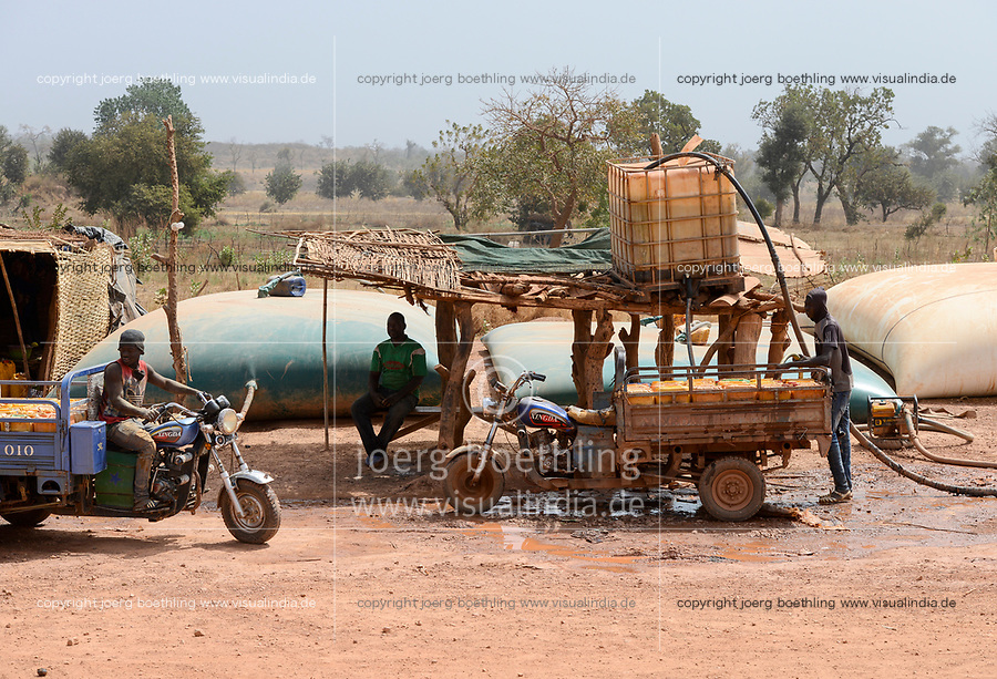 MALI, Kayes, Sadiola, water storing and filling station, water is stored in large plastic film bags for sale to small scale goldminers, transport in chinese three-wheeler XINGDA / Wassertankstelle, Wasserspeicher in grossen Säcken, Verkauf an Goldwäscher