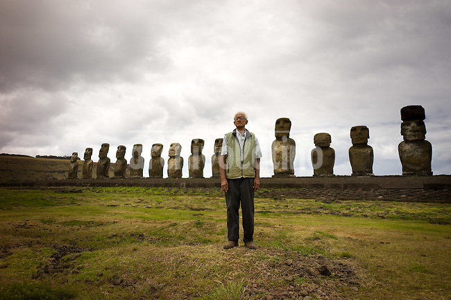 Rapa Nui, Easter island, oct 2011. Valentin Riroroko (79) elegido Rey de Rapa Nui, visitando el sector de Ahu Tongariki. In Rapa Nui, also called Easter Island, the  king of the original people is back after a hundred years RirorokoTuki Valentino, the new monarch, is  an old man who has made his living as a farmer and fisherman and  traveled the world as a ship&acute;s stowaways . <br />