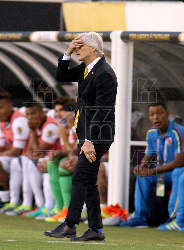 NEW JERSEY - UNITED STATES, 17-06-2016: Jose Pekerman técnico de Colombia (COL) gesticula durante partido por los cuartos de final entre Colombia (COL) y Peru (PER)  por la Copa América Centenario USA 2016 jugado en el estadio MetLife en East Rutherford, Nueva Jersey, USA. /  Jose Pekerman coach of Colombia (COL) gestures during a match for the quarter of finals between Colombia (COL) and Peru (PER) for the Copa América Centenario USA 2016 played at MetLife stadium in East Rutherford, New Jersey, USA. Photo: VizzorImage/ Luis Alvarez /Cont.