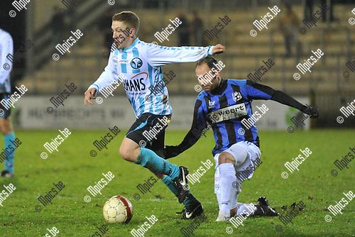 2011-12-26 / voetbal / seizoen 2011-2012 / Verbroedering Geel-Meerhout - Vigor Wuitens Hamme / Ken Van Bouwel (l) (VGM) gaat op volle snelheid voorbij Fabiano Scarponi (r) (Vigor Hamme)