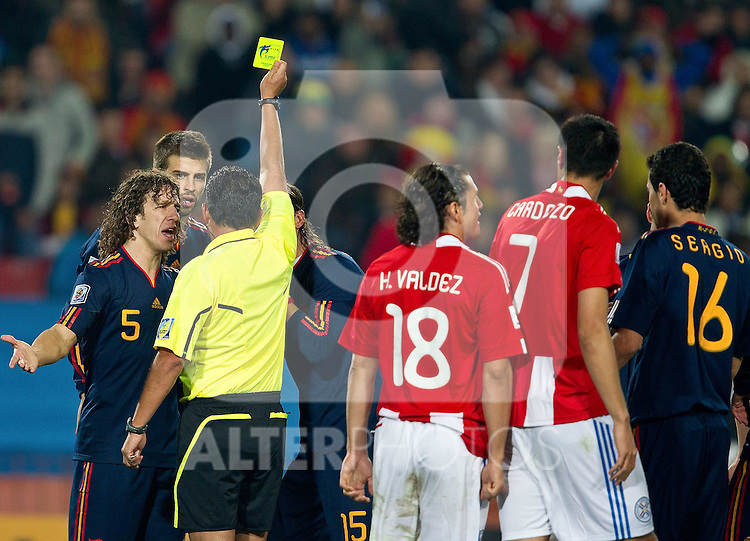 03.07.2010, Ellis Park, Johannesburg, RSA, FIFA WM 2010, Viertelfinale, Paraguay (PAR) vs Spanien (ESP), im Bild Carles Puyol of Spain, Gerard Pique of Spain and referee Carlos Batres with yellow card for Pique and penalty shot for Paraguay during the  2010 FIFA World Cup South Africa Quarter Finals.  Foto: nph /   Vid Ponikvar +++ Slovenia OUT +++