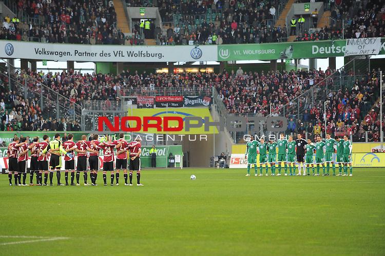 FBL 09/10  13. Spieltag Hinrunde / Stadion: Volkswagen Arena<br /> VfL Wolfsburg vs 1.FC Nuernberg<br /> Die Mannschaften stehen anlaesslich der Schweigeminute fuer Robert Enke im Mittelkreis.<br /> Foto &copy; nph ( nordphoto ) *** Local Caption *** *** Local Caption *** <br /> Fotos sind ohne vorherigen schriftliche Zustimmung ausschliesslich fŁr redaktionelle Publikationszwecke zu verwenden.<br /> <br /> Auf Anfrage in hoeherer Qualitaet/Aufloesung