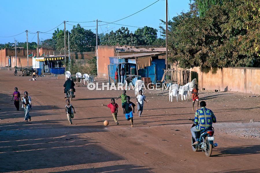 Crianças jogando futebol na rua em Uagadugu. Burkina Faso. 2010. Foto de Caio Vilela.