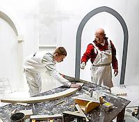 Skills Masters beurs in Rotterdam Ahoy. Banenbeurs/ Beroepskeuze beurs voor VMBO en MBO  leerlingen. Vakwedstrijd voor stukadoors. Oudere stukadoor helopt jongere stukadoor het stuc nat te houden