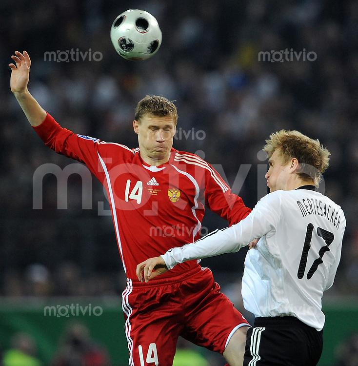 FUSSBALL   INTERNATIONAL   WM-QUALIFIKATION 2010 Deutschland - Russland                               11.10.2008 Pavel POGREBNYAK (li, Russland) gegen Per MERTESACKER (re, Deutschland)