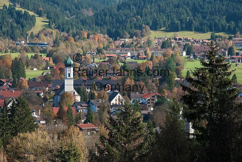 Germany, Upper Bavaria, Oberammergau with parish church St. Peter und Paul | Deutschland, Bayern, Oberbayern, Oberammergau mit Pfarrkirche St. Peter und Paul