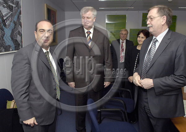 Brussels-Belgium - 28 November 2006---Markos KYPRIANOU (le), European 'Health' Commissioner, receives Horst SEEHOFER (ce), German Federal Minister for Food, Agriculture and Consumer Protection, and State Secretary Gert LINDEMANN (ri)---Photo: Horst Wagner/eup-images