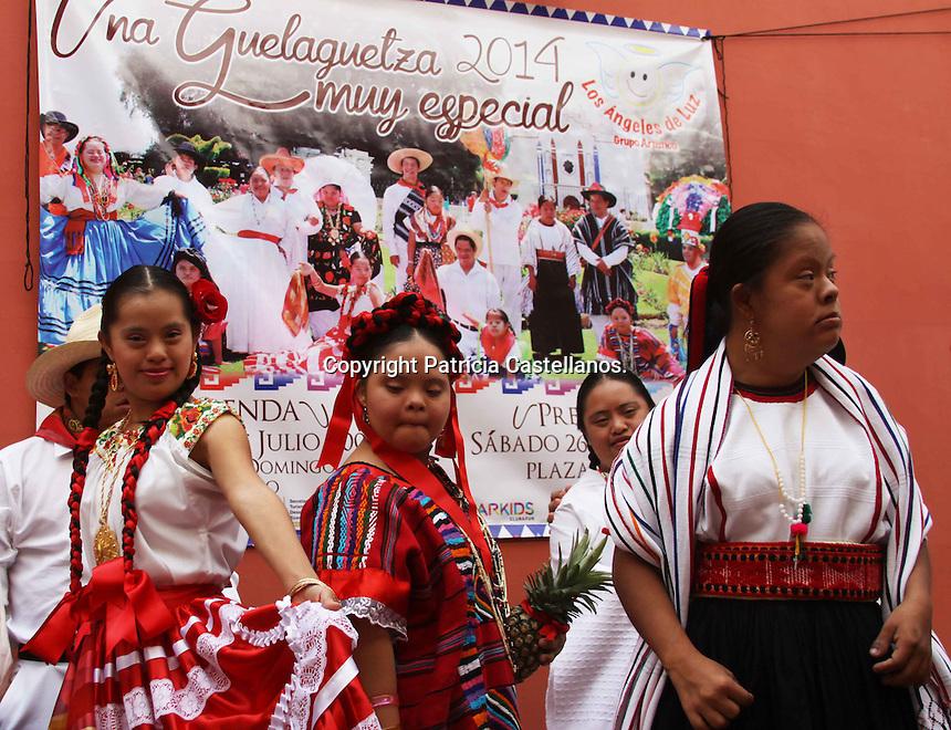Oaxaca de Ju&aacute;rez. 14 de Julio de 2014.- En conferencia de prensa, representantes de la Secretaria de Turismo y Desarrollo Econ&oacute;mico (STyDE) de Oaxaca, acompa&ntilde;ados de integrantes del grupo art&iacute;stico &ldquo;Los &Aacute;ngeles de Luz&rdquo;, anunciaron las diversas actividades que realizaran en el marco de las fiestas de julio en la capital del estado, dentro de las cuales destacaron la presentaci&oacute;n de la &ldquo;Guelaguetza Infantil&rdquo;.<br /> <br />  <br /> <br /> En este contexto, Flor Ver&oacute;nica Garc&iacute;a &Aacute;vila, presidenta de dicho grupo manifest&oacute; que el pr&oacute;ximo 23 de julio iniciaran las actividades con la realizaci&oacute;n de la tradicional calenda, la cual tendr&aacute; como punto de partida el atrio de Santo Domingo, as&iacute; mismo el s&aacute;bado 26 de Julio, la Plaza de la Danza ser&aacute; sede de la ejecuci&oacute;n de la &ldquo;Guelaguetza infantil&rdquo;, en tanto anunci&oacute; que tendr&aacute;n dos participaciones m&aacute;s dentro de la XVII Feria del Mezcal el d&iacute;a 20 y 29 de Julio.<br /> <br />  <br /> <br /> As&iacute; mismo, enfatiz&oacute; que esta agrupaci&oacute;n con 11 a&ntilde;os de experiencia que lleva trabajando con ni&ntilde;os que padecen S&iacute;ndrome de Down, ha permitido que estos peque&ntilde;os se vuelvan m&aacute;s comunicativos, creativos, disciplinados y ha facilitado su desarrollo integral dentro de la sociedad.<br /> <br /> <br /> Foto: Patricia Castellanos / Obture Press Agency.