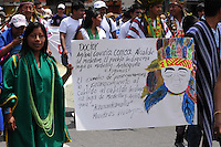 MEDELLÍN -COLOMBIA-08-04-2013. Indígenas colombianos marchan en apoyo al proceso de paz entre las FARC y el gobierno colombiano que se está llevando a cabo en La Habana, Cuba. La marcha se realizó por la calles de Medellin./  Colombian natives mach in support to the process peace between FARC guerilla and Colombian government that they performed in La Habana, Cuba. The march was made through the streets of Medellín.  Photo:VizzorImage/Luis Ríos/STR