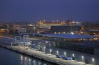 Kreuzfahrtterminal an der Lagunenstadt von Venedig, das 2018 geschlossen wird wegen dem Neubau eines Kreuzfahrthafens auf dem Festland, Hafenausfahrt mit der Costa Deliziosa aus dem Hafen von Venedig - 19.11.2017: Venedig