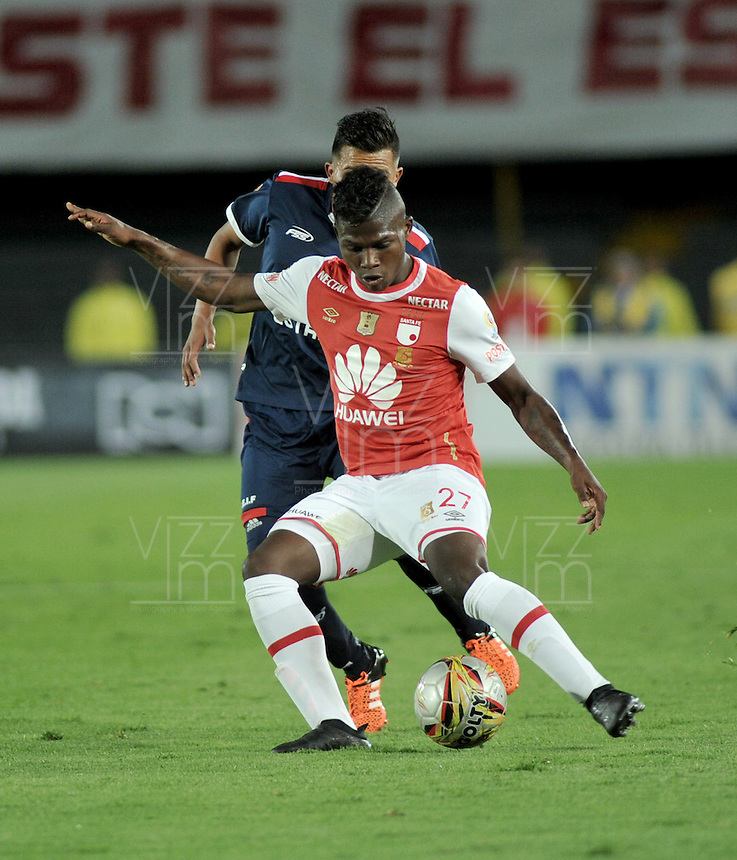 BOGOTA - COLOMBIA - 14-05-2016: William Palacio (Der.) jugador de Independiente Santa Fe disputa el balón con Wilmer Boyaca (Izq.) jugador de Fortaleza FC, durante partido por la fecha 18 entre Independiente Santa Fe y Fortaleza FC, de la Liga Aguila I-2016, en el estadio Nemesio Camacho El Campin de la ciudad de Bogota. / William Palacio (R) player of Independiente Santa Fe struggles for the ball Wilmer Boyaca (L) goalkeeper of Fortaleza FC, during a match of the date 18 between Independiente Santa Fe and Fortaleza FC, for the Liga Aguila I -2016 at the Nemesio Camacho El Campin Stadium in Bogota city, Photo: VizzorImage / Luis Ramirez / Staff.