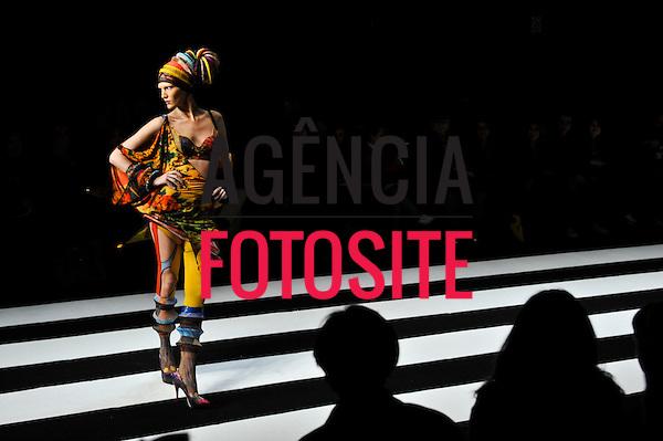 São Paulo, Brasil – 12/06/2010 - Desfile de Lino Villaventura durante o São Paulo Fashion Week  -  Verao 2011. Foto: Cris von Almen / Ag. Fotosite