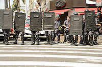 SAO PAULO, SP, 16.09.2014 - REINTEGRAÇÃO POSSE SÃO PAULO - Por volta das 16h desta terça-feira, a situação no centro de São Paulo voltou a ficar tensa após confrontos causados pela reintegração de posse de um prédio do Aquarius Hotel ocupado na Avenida São João, na manhã de hoje. Bombas de gás foram ouvidas na região, mas ainda não há informações sobre as causas do reinício do confronto. Durante a manhã, a Polícia Militar e moradores do prédio ocupado entraram em confronto. Após a confusão, uma batalha campal se estendeu por horas no centro, que teve barricadas, lojas depredadas, bombas de gás, ônibus queimados e comércio fechado. Ao menos cinco pessoas foram detidas. (Foto: Andre Ribeiro / Brazil Photo Press).
