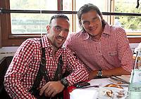 FUSSBALL 1. BUNDESLIGA   SAISON 2011/2012 Die Mannschaft des FC Bayern Muenchen besucht das Oktoberfest am 02.11.2011 Daniel van Buyten, Franck Ribery (v. li., FC Bayern Muenchen)