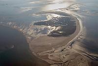 Trischen: EUROPA, DEUTSCHLAND, SCHLESWIG- HOLSTEIN, (GERMANY), 22.01.2016:Trischen ist eine unbewohnte Insel vor der Meldorfer Bucht, etwa 14 Kilometer vor der Dithmarscher Nordseeküste – die Entfernung zum Trischendamm beträgt 12 Kilometer. Die Insel gehört zur Gemeinde Friedrichskoog und ist nur von März bis Oktober von einem Vogelwart des NABU bewohnt. Für andere Menschen besteht ein Besuchsverbot.<br /> Trischen wird von Vögeln sowohl als Brut- als auch als Rastplatz besucht, von einzelnen Arten wie Brandgänsen, Knutts oder Alpenstrandläufern finden sich zeitweise bis zu 100.000 Exemplare auf der Insel und in den angrenzenden Wattenmeergebieten. Seit 1985 liegt sie in einer Kernzone des Nationalparks Schleswig-Holsteinisches Wattenmeer.