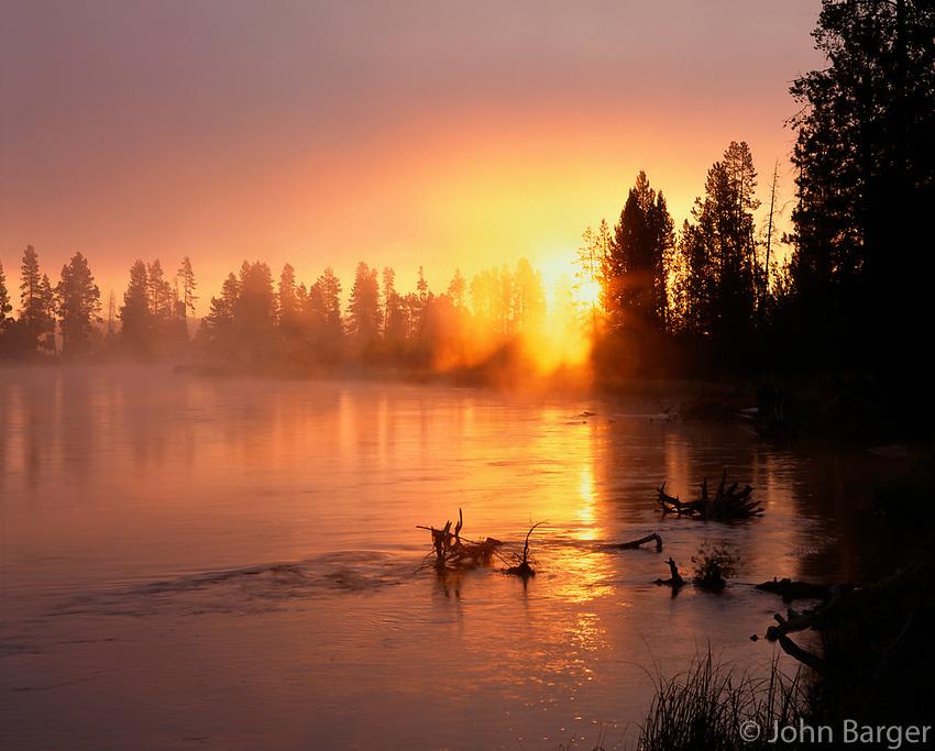 67ORCAC_027 - USA, Oregon, Deschutes National Forest, Rising sun breaks through morning fog along the Deschutes River.