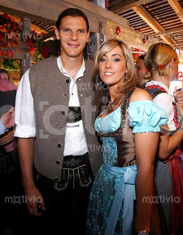 FUSSBALL   1. BUNDESLIGA   SAISON 2009/2010    Die Mannschaft des FC Bayern Muenchen besucht das Oktoberfest am 04.10.2009 Daniel van Buyten mit Frau  Celine (FCB)
