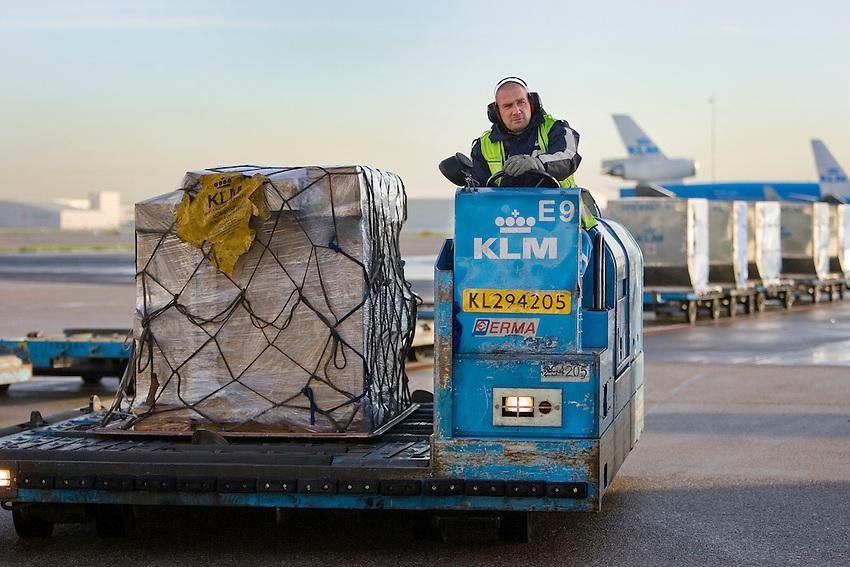 Nederland.  Schiphol. 18 -12- 2006..luchthaven, vliegveld, grondpersoneel, piloot, stewardes,  werkzaamheden op het platform van Schiphol bij KLM materieel vliegtuigen, vliegtuig.  bagage afhandeling technische controle , foto: Michael Kooren / HH.