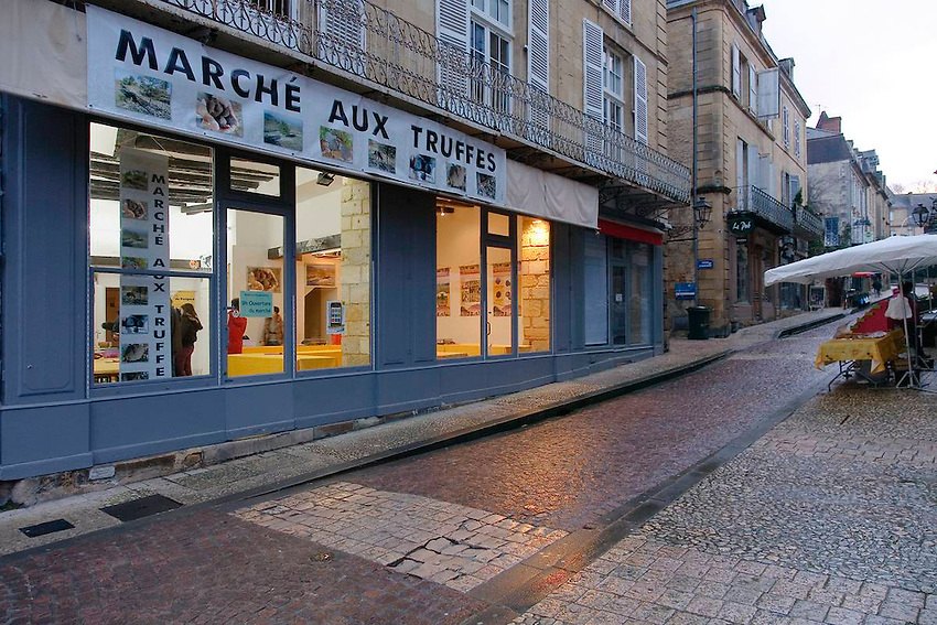 Un local rue Fenelon est reserve a ce marche controle.<br /> A cette heure matinale, encore peut d'etalle son presentent dans les rues du marche de Sarlat ce samedi