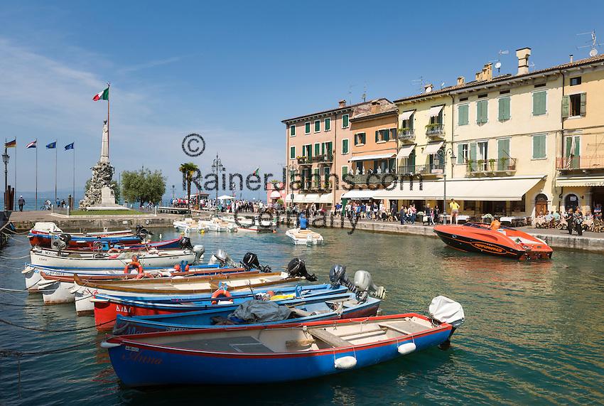 Italy, Veneto, Lake Garda, Lazise: small harbour at East Bank of Lake Garda | Italien, Venetien, Gardasee, Lazise: kleiner Hafen am Ostufer des Gardasees