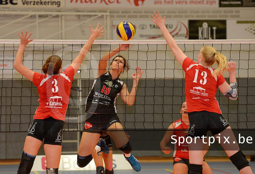 BEVO Roeselare - Tievolley Tielt : Delphine Verhulst (18)  plaatst de bal tussen Bieke Beyens (links) en Nel Sercu (rechts) door <br /> Foto David Catry | VDB | Bart Vandenbroucke
