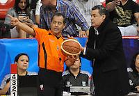 MEDELLÍN -COLOMBIA-23-03-2013. Hernán Giraldo, entrenador de Academia, reclama a uno de los jueces durante partido de la fecha 18  de la Liga Direct TV de baloncesto Profesional de Colombia 2013./  Hernan Giraldo, Academia's coach, complains to one of the judges during the game of the eighteenth date of DirecTV professional basketball League 2013 in Colombia. Photo: VizzorImage/Luis Ríos/STR