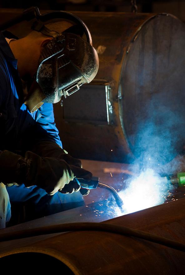Nederland, Werkendam, 30 juni  2009.Lasser bij staalbouwbedrijf. .Foto (c) Michiel Wijnbergh