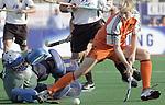 Champions Trophy Hockey mannen. Nederland-Duitsland. Nick Meijer (r) brengt de stand op 1-0 door de Duitse doelman Ulrich Bubolz (l) te passeren.
