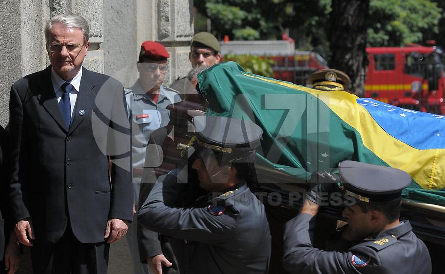 BELO HORIZONTE, BH, 31 DE MARÇO DE 2011 - VELÓRIO JOSÉ ALENCAR EM BELO HORIZONTE - O caixão com o corpo do ex-vice-presidente da República, José Alencar, chega para o velório no Palácio da Liberdade, sede do governo do estado de Minas Gerais, nesta quinta-feira (31). Alencar morreu nesta terça-feira (29) em São Paulo. Conforme informações do Hospital Sírio-Libanês, ele faleceu em decorrência de câncer e falência de múltiplos órgãos. Ele lutava contra um câncer no abdome há mais de 13 anos e havia passado por 17 cirurgias. (FOTO: DOUGLAS MAGNO / NEWS FREE).