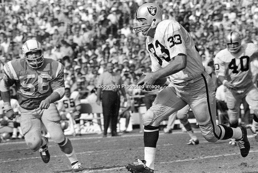 Oakland Raider Billy Cannon against the San Diego Changers, (1969 photo/Ron Riesterer)