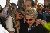 ATENCAO EDITOR FOTO EMBAGADA PARA VEICULO INTERNACIONAL - SAO PAULO, SP, 30 DE SETEMBRO 2012 - SEPULTAMENTO HEBE CAMARGO - Familiares durante enterro da apresentadora Hebe Camargo no Cemitério Gethsemani, no Morumbi, Zona Sul de São Paulo, SP, na manhã deste domingo (29). FOTO: ADRIANA SPACA - BRAZIL PHOTO PRESS.