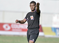 VALLEDUPAR - COLOMBIA-25-07-2015: Johnathan Gonzalez, arbitro, durante el juego entre Valledupar FC y América de Cali por la fecha 3 de vuelta del Torneo Aguila 2015 jugado en el estadio Erasmo Camacho Calamar de la ciudad de Valledupar./ Johnathan Gonzalez, referee, during the match between Valledupar FC and America de Cali for the third date of second leg of Aguila Tournament 2015 played at Erasmo Camacho Calamar stadium in Valledupar city. Photo: VizzorImage / Gabriel Aponte / Staff